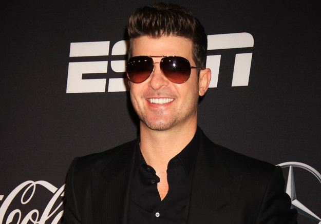 Robin Thicke Takes Off Wedding Ring Despite Still Begging Paula Patton's Forgiveness